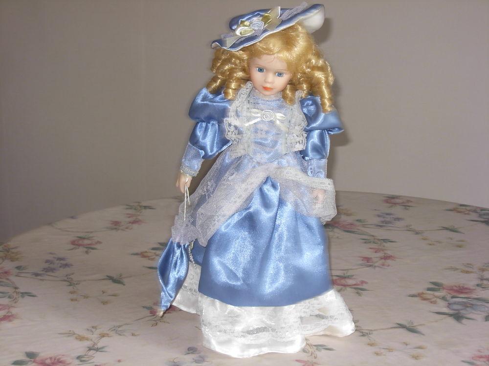 Poupée de collection H 40 cm, avec socle, robe bleue 8 Chénérailles (23)