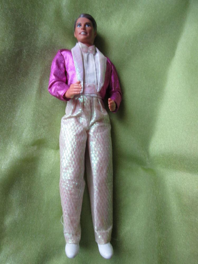 Poupée  mannequin homme ,Mattel  , Ken ,  brun  ,  en costum 12 Goussainville (95)