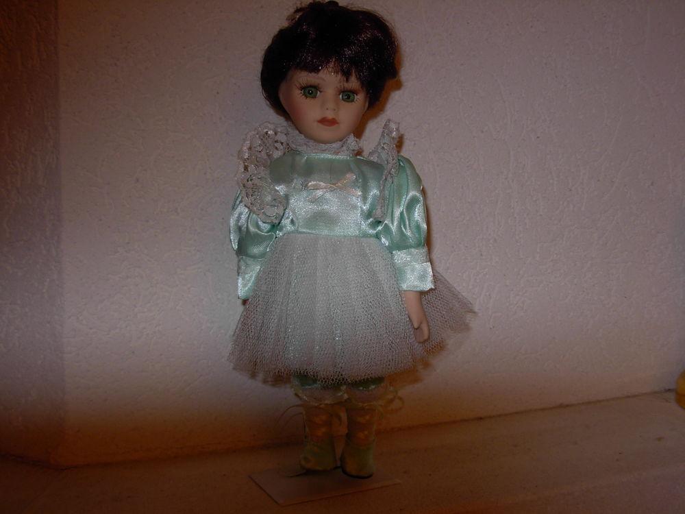 Poupée porcelaine, robe vert clair,tulle H 25 cm, yeux bleus 5 Chénérailles (23)