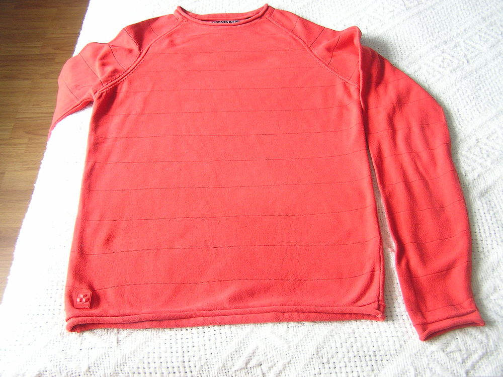 PULL, T. S (12 A.), marque URBAN DISTRICT 4 Brouckerque (59)