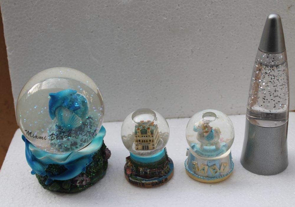Quatre Boules de neige dont une Fusée (Neige) Neuves 25 Vitry-sur-Seine (94)