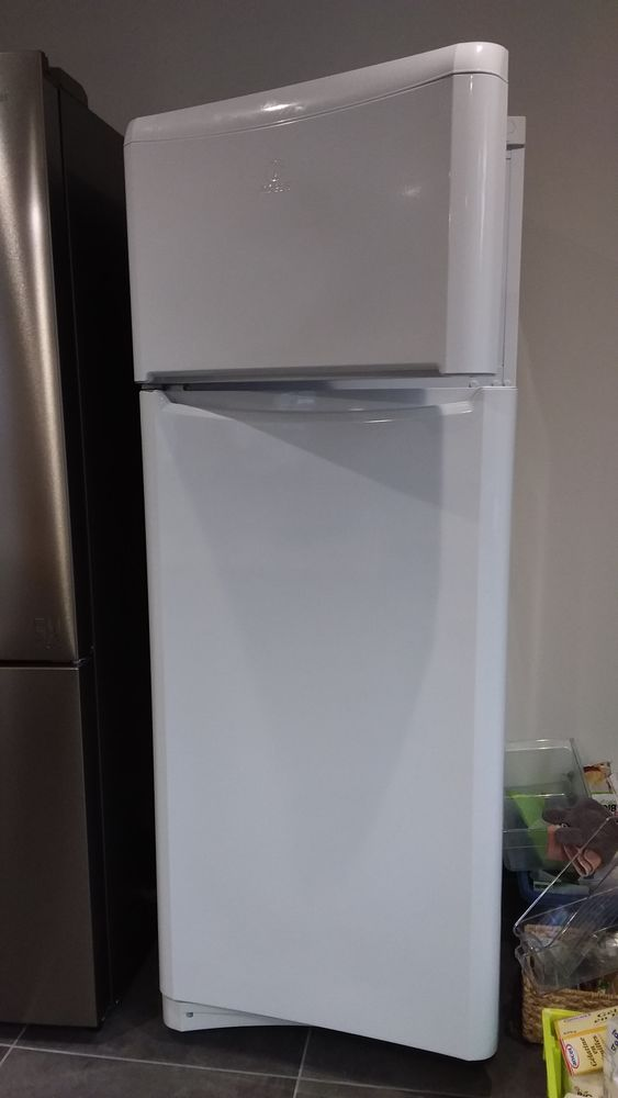 Refrigerateur  congélateur Indesit grande capacité 190 Vandré (17)
