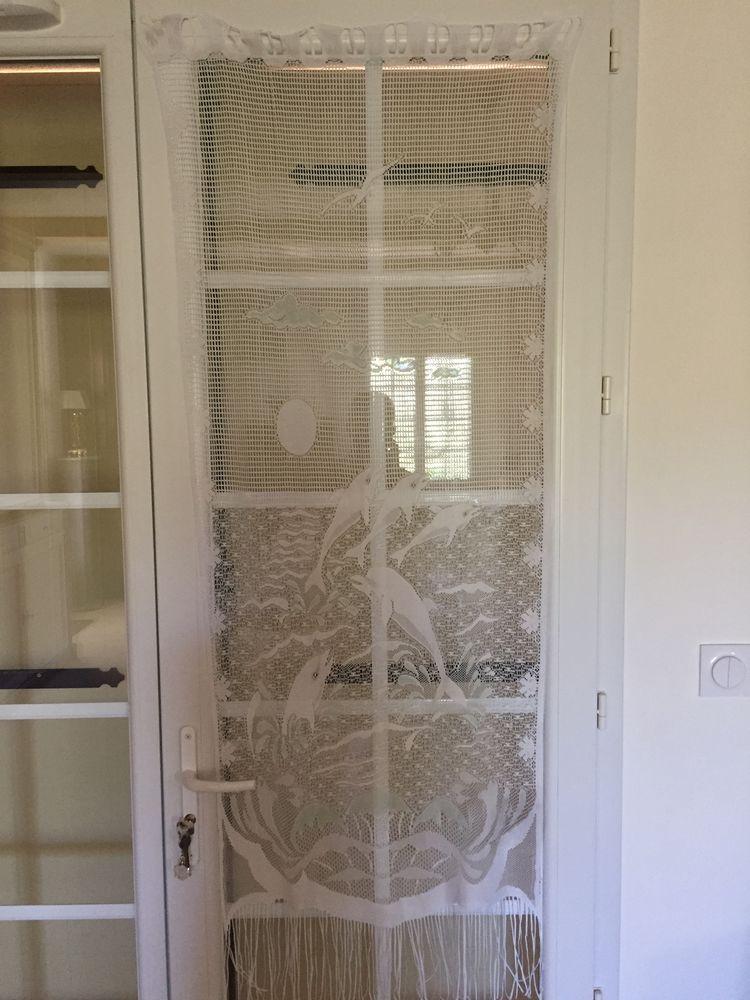 Un rideau blanc ayant comme motifs des dauphins 5 Nîmes (30)