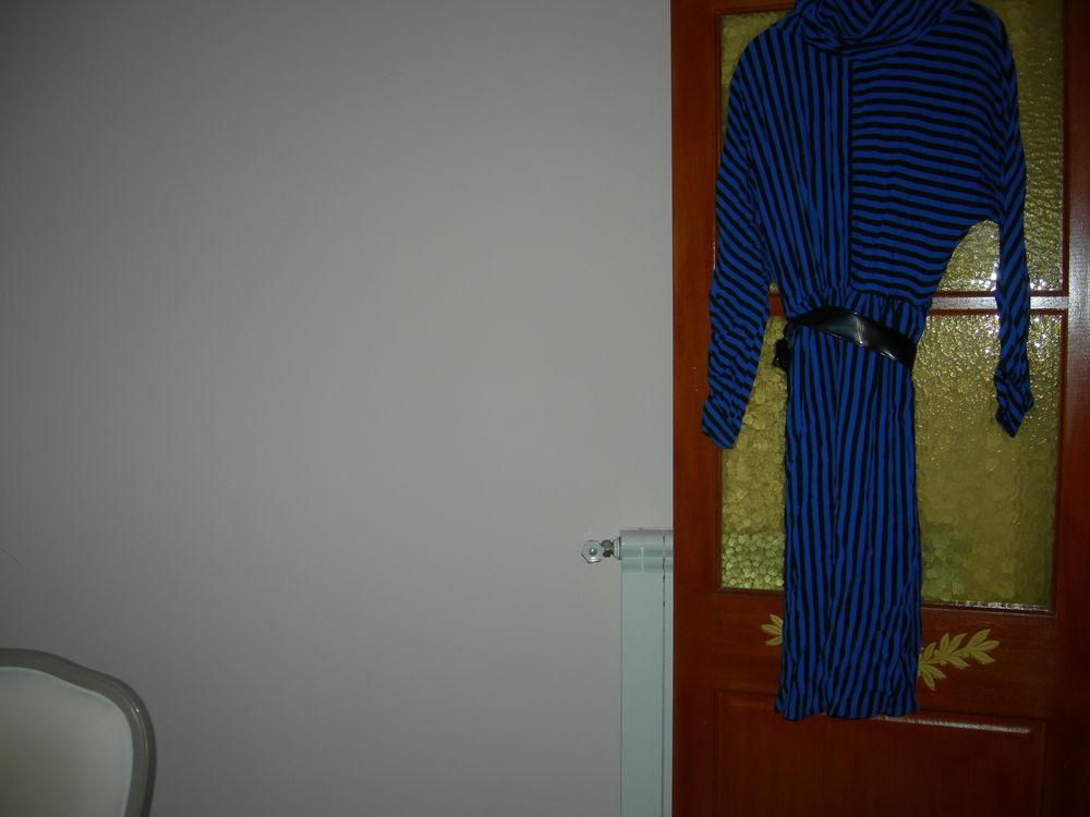 robe bleu rayures noires très bon état 15 Agde (34)
