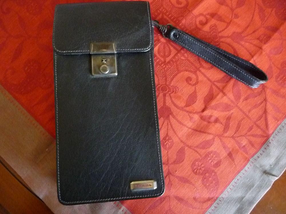 Sacoche cuir porte cartes marque Le Tanneur Maroquinerie