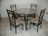 Salon de 4 chaises et une table en verre et fer forgé. 500 Saint-Méard-de-Gurçon (24)