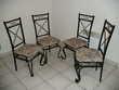 Salon de 4 chaises et une table en verre et fer forgé. Meubles