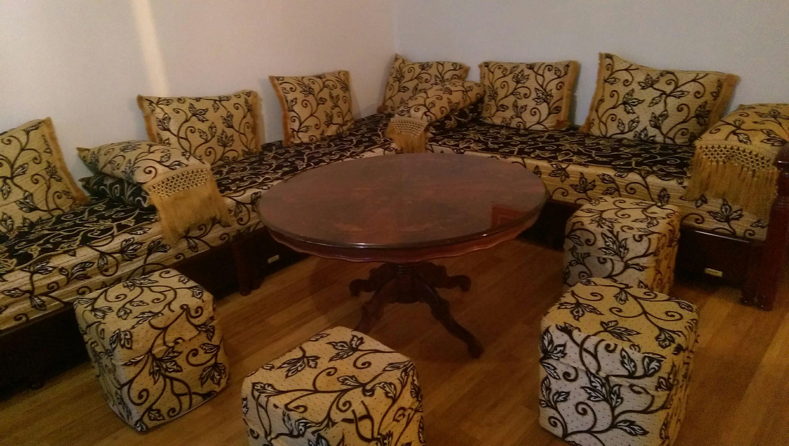 Salon Marocain Avec Table Et Poufs