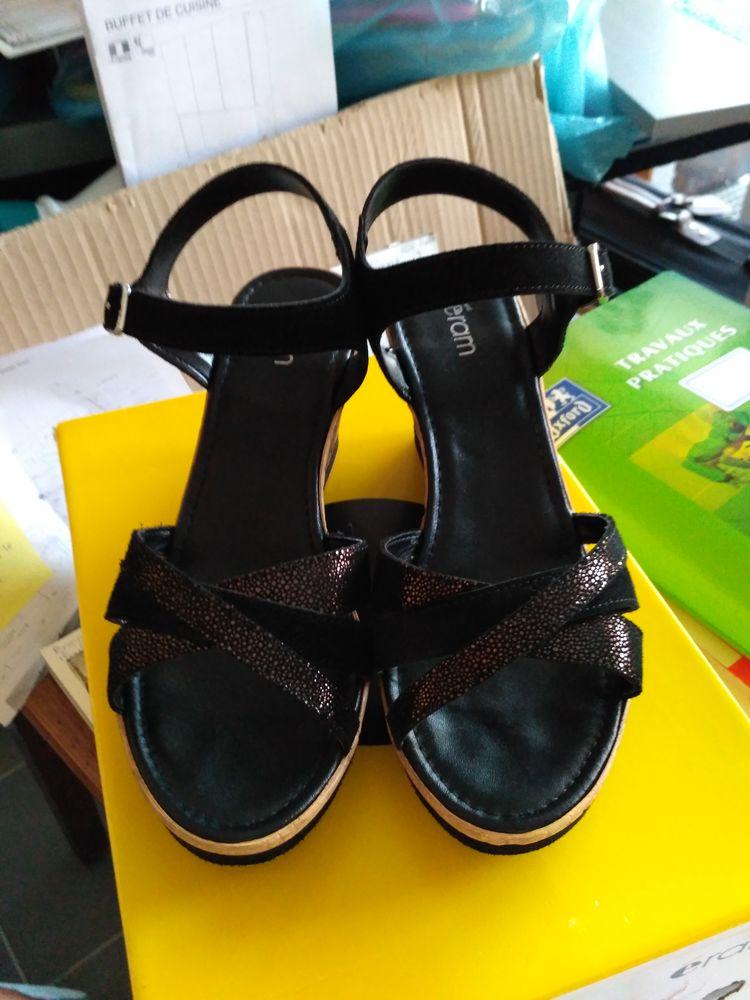 Sandales de la marque ERAM  45 La Roche-sur-Yon (85)