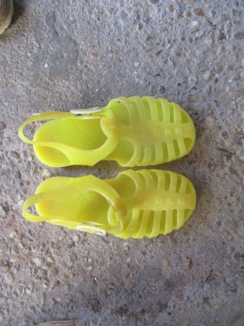 sandalette en caoutchout taille 27 et 28  etat  neuf 2 Meynes (30)