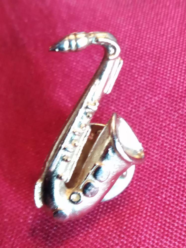 Pin's saxophone  1 Avermes (03)