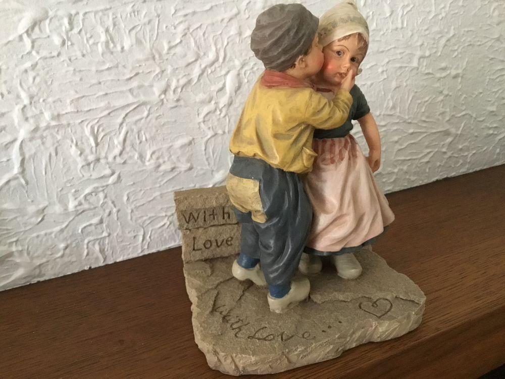 Sculpture faïence enfants se faisant la bise 15 Istres (13)