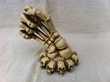 Sculpture main tette de mort