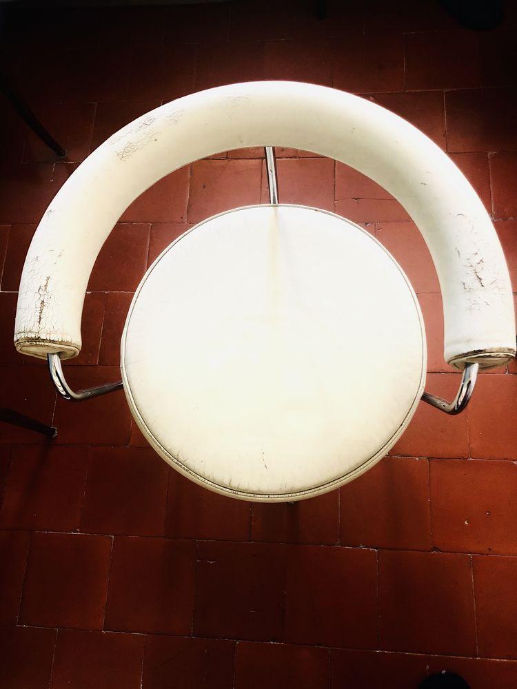 Une série de 4 fauteuils LC7  Le Corbusier  0 Nîmes (30)