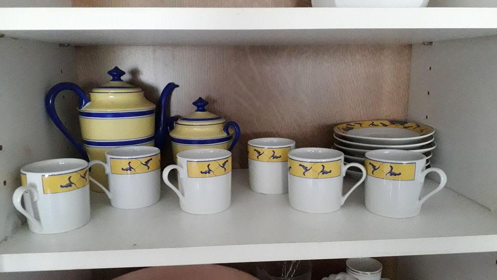 Service à café bleu et jaune. 15 Montigny-le-Bretonneux (78)