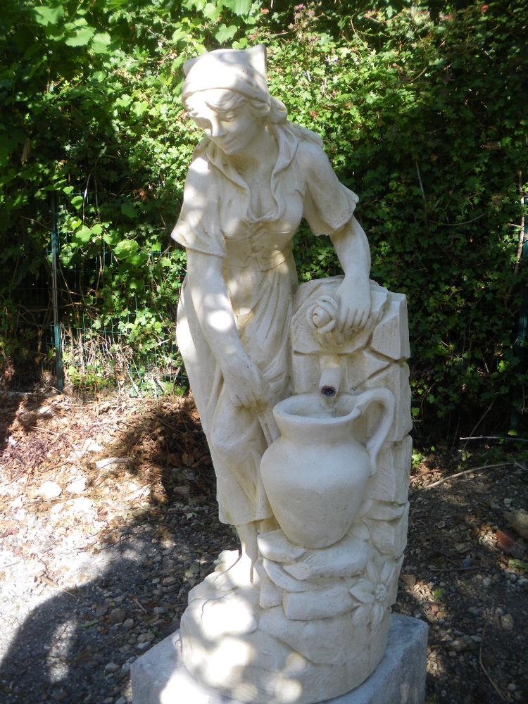 Statue en pierre, femme à la fontaine 275 Château-l'Évêque (24)