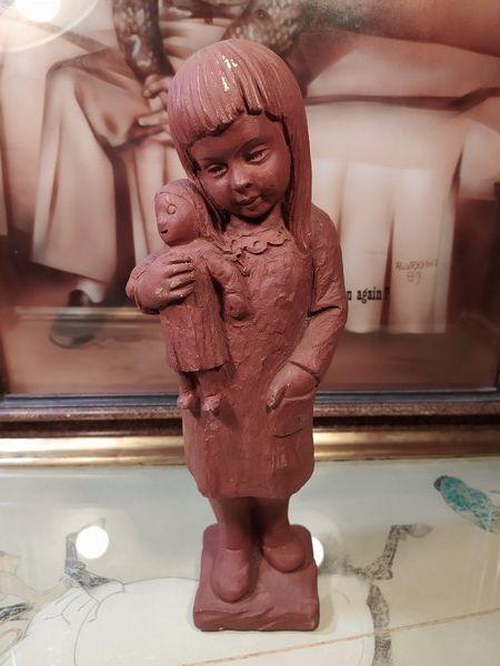Statuette Albâtre Fillette avec sa Poupée Signée. 60 Loches (37)