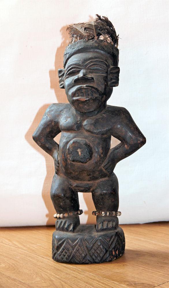 Statuette fétiche en bois avec plumes sur la tête et graines 85 Sceaux (92)