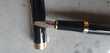 stylo plume, neuf en acier doré et noir, la plume est large