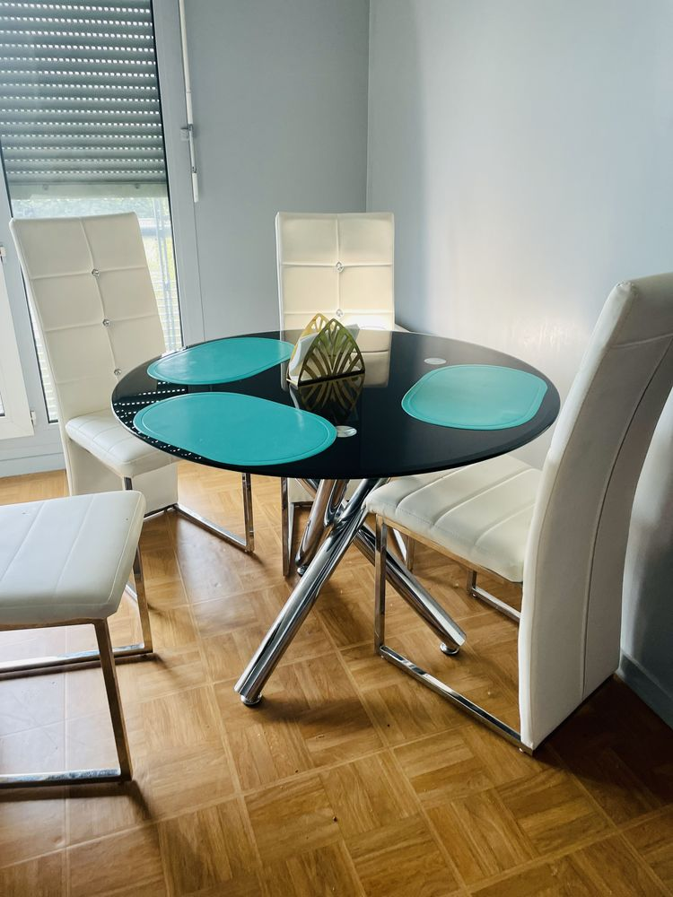 table avec 4 chaises en simili cuir en très bon état 120 Viroflay (78)