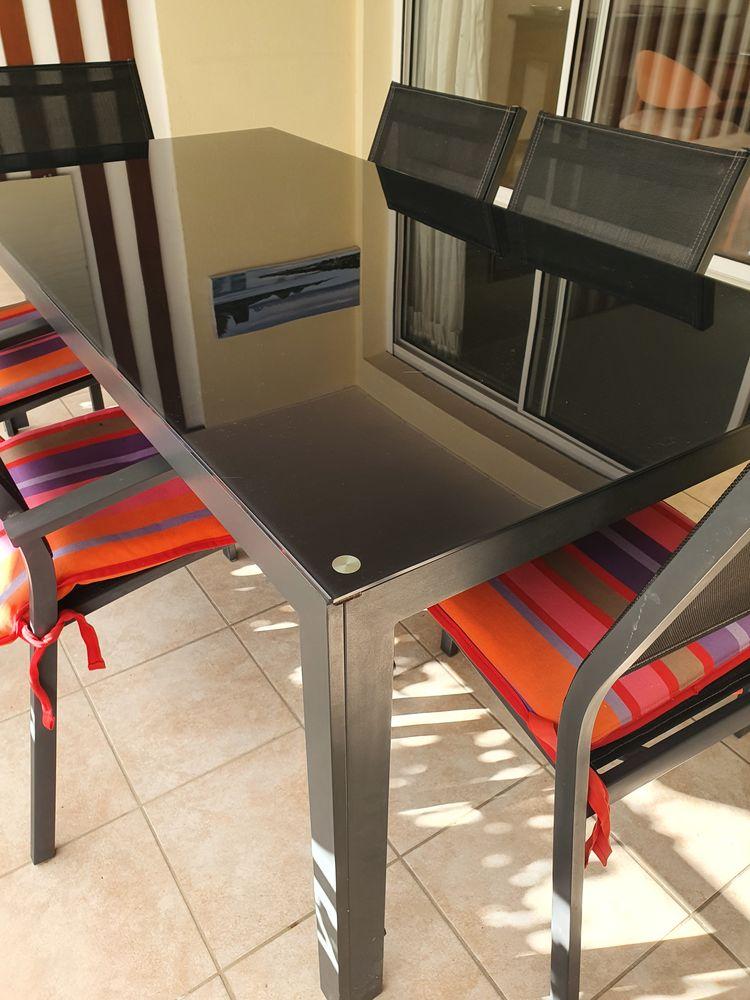 Table avec 2 fauteuils et 4 chaises 250 La Grande-Motte (34)
