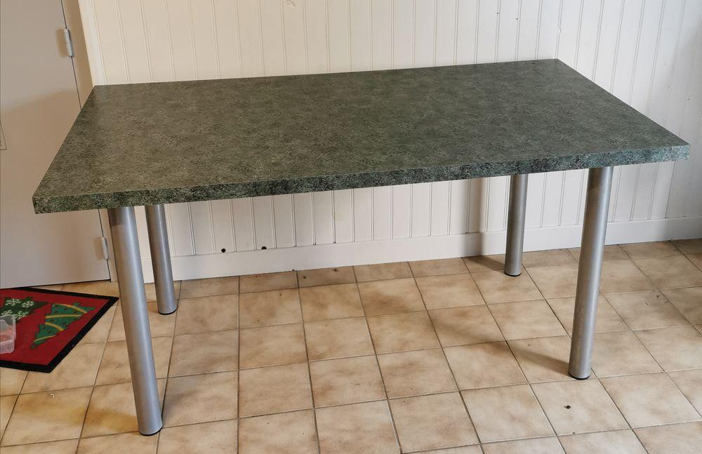 Table avec 4 pieds réglables en alu brossé en TBE  60 Vezins (49)