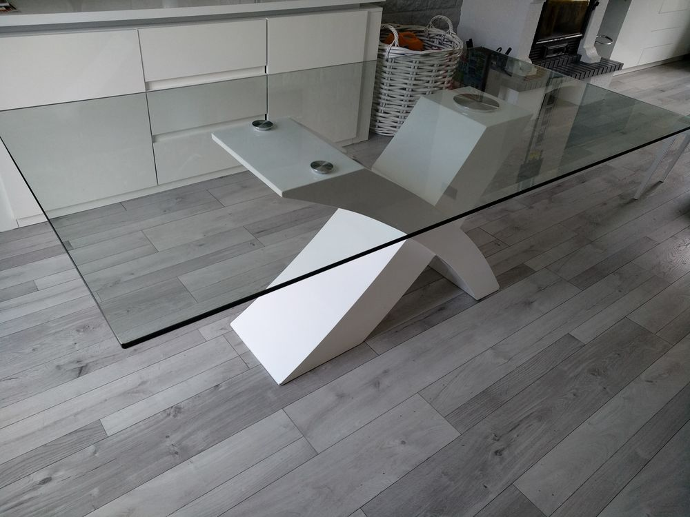 Table avec plateau en verre et pied laqué blanc. 75 Monthyon (77)