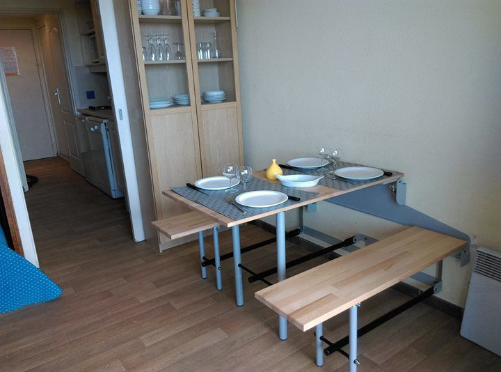 table et bancs relevables sur mur pour gain de place 60 Hyères (83)