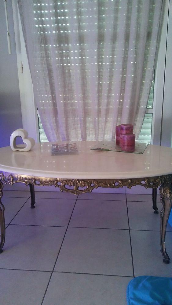 Table basse en marbre et pied chromé doré.    90 Villiers-sur-Orge (91)