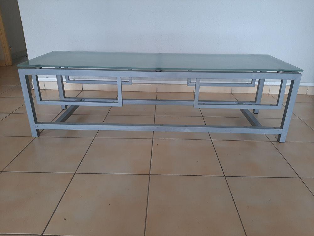 table basse verre/métal. Prix 70 euros 0696290992 70 Martinique (97)