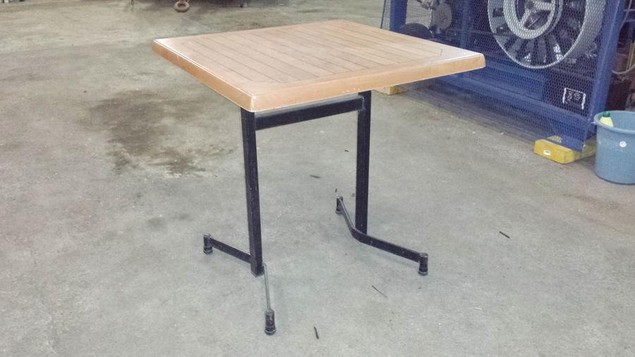 Table de bistrot en plastique imputrescible dimensions 70x70 65 Tours (37)