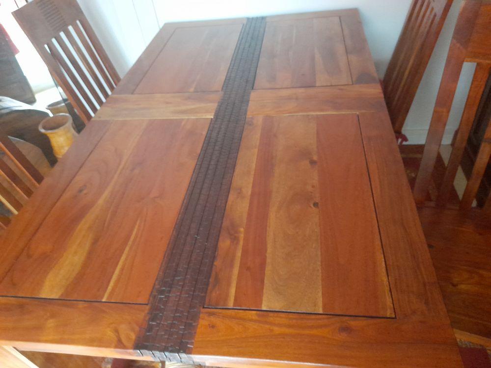 table en bois d'acajou avec rallonge et 4 chaises. 1630 La Verrière (78)