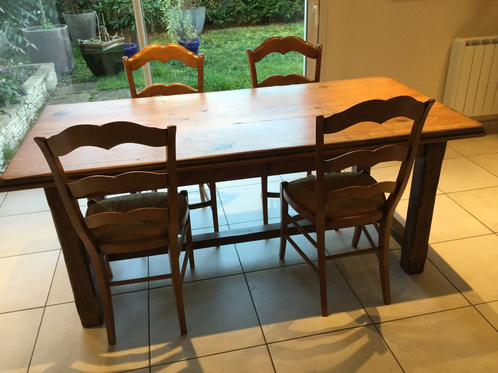 Table chaîne massif avec chaises 200 Maubec (38)