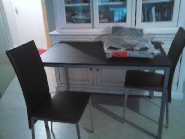 table + 4 chaises noires le tout neuf . 80 Le Passage (47)