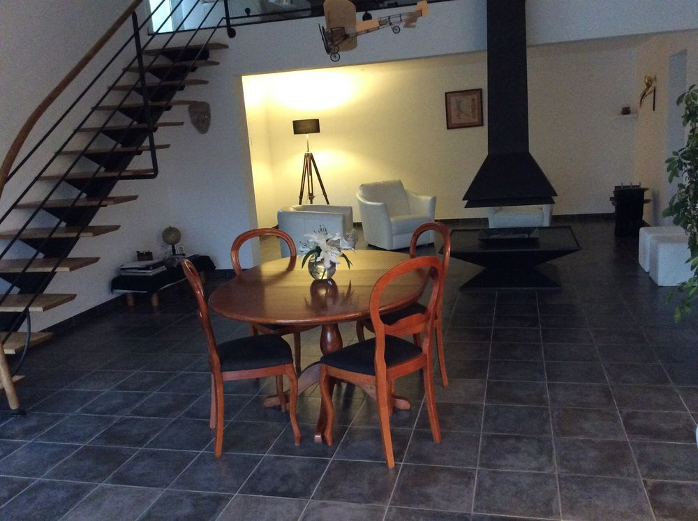 Table + 6 chaises 100 Bagnols-en-Forêt (83)