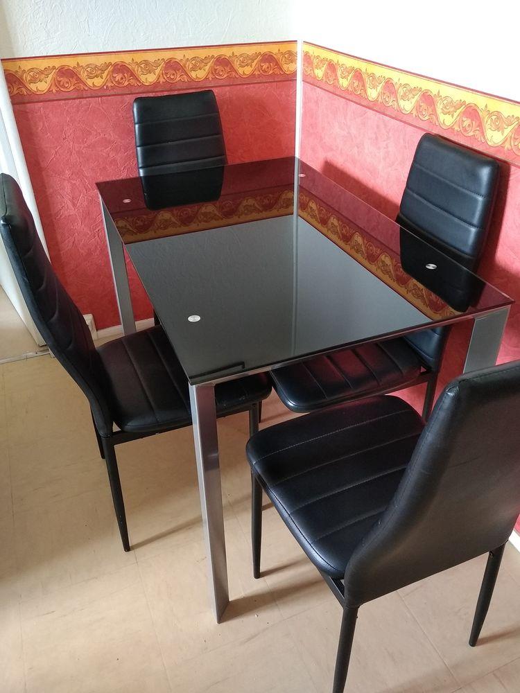 TABLE ET CHAISES 70 Veigné (37)