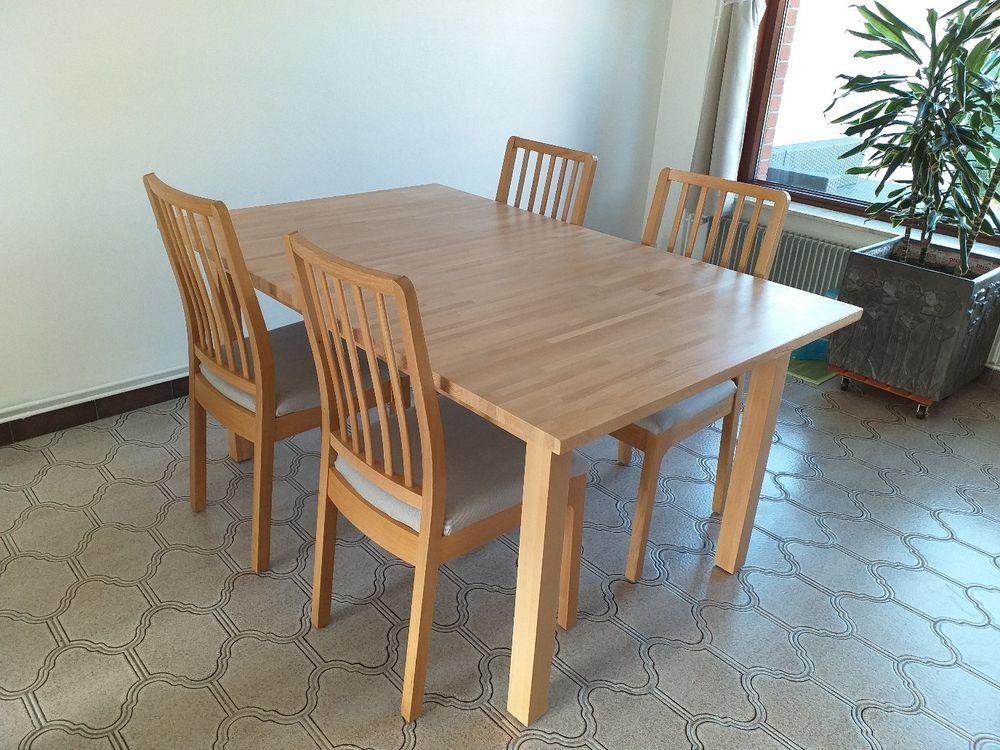 Table en chêne clair avec 4 chaises en chêne clair. 625 Killem (59)