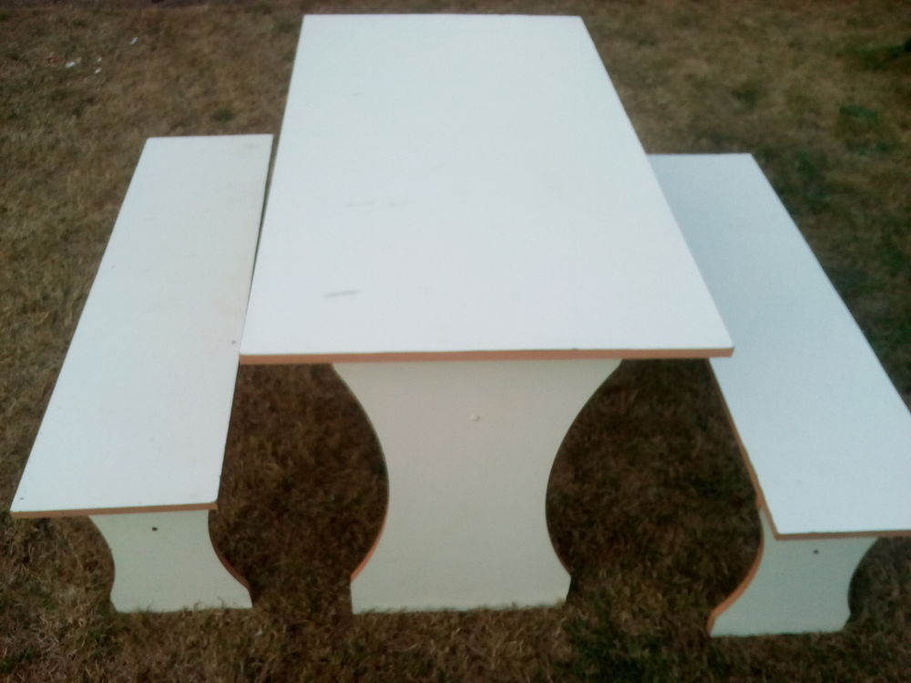 Table cuisine + 2 bancs blancs 30 Amilly (45)