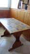 une table en cuisine bois dessus en carreaux de faïence