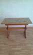 une table en cuisine bois dessus en carreaux de faïence Cuisine