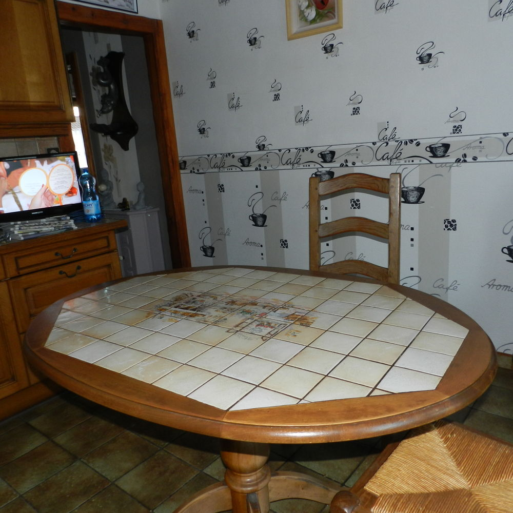 TABLE   DE CUISINE  CARRELEE  OVALE. 50 Annay (62)