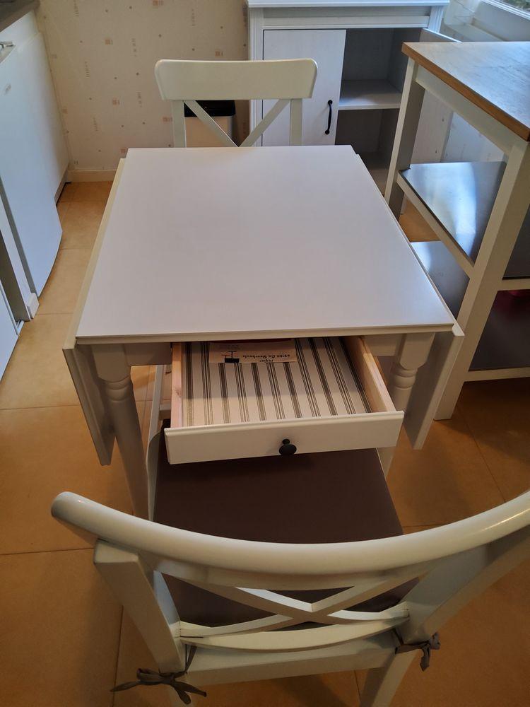 table cuisine Ikea avec 2 chaises assorties 150 Saint-Sauves-d'Auvergne (63)