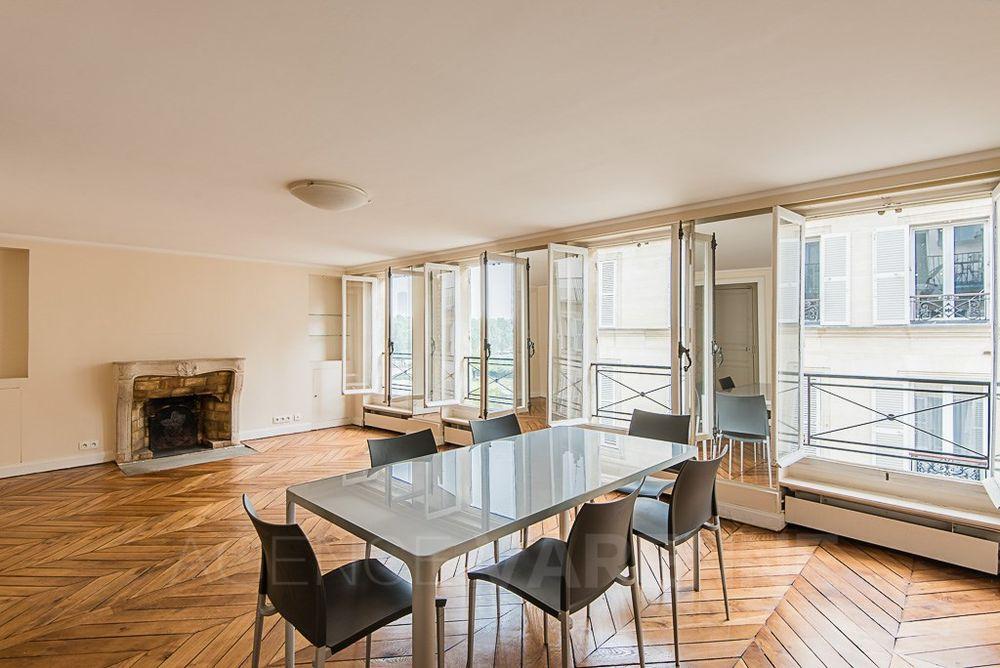 Table design et ses chaises. 0 Paris 4 (75)
