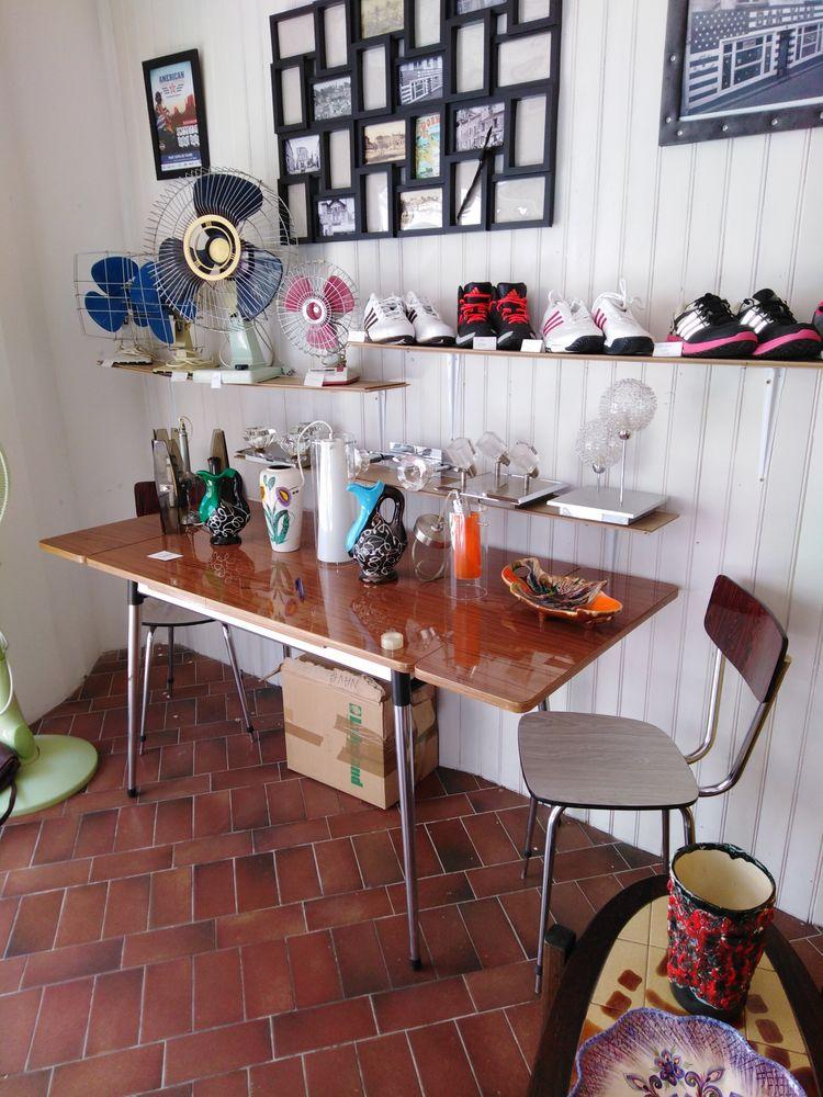 table  formica avec les 4 chaises. 180 Pornic (44)