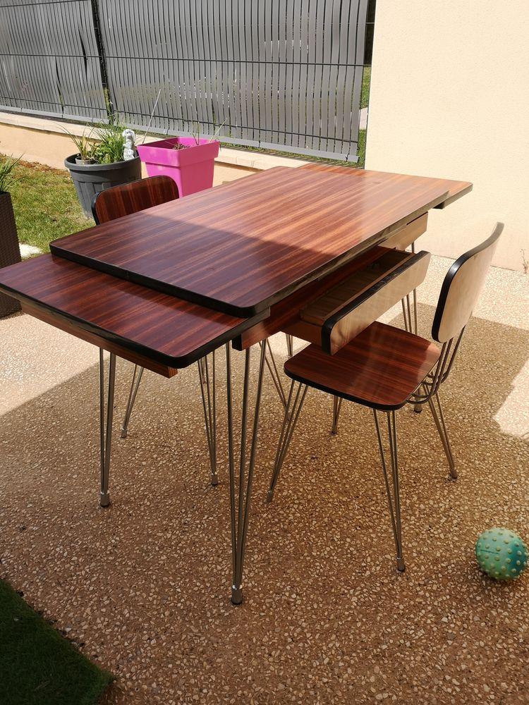 Table Formica avec 2 chaises. Année 1965. 200 Périgueux (24)