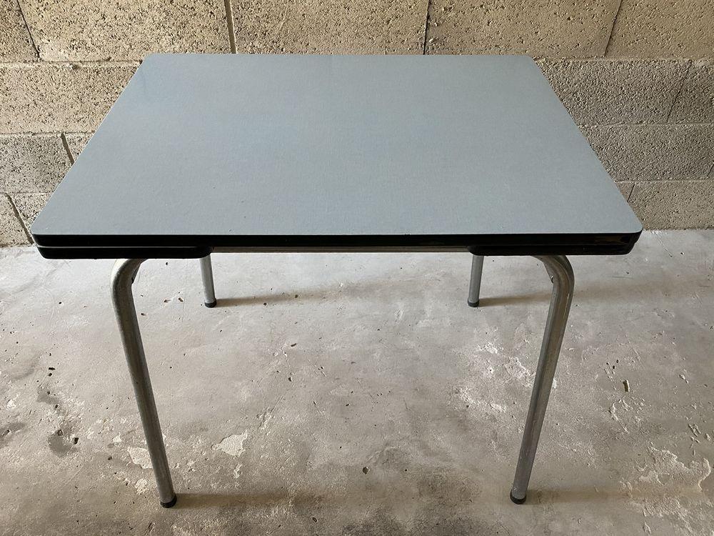 Table en Formica bleu + 2 chaises  55 Herrlisheim (67)