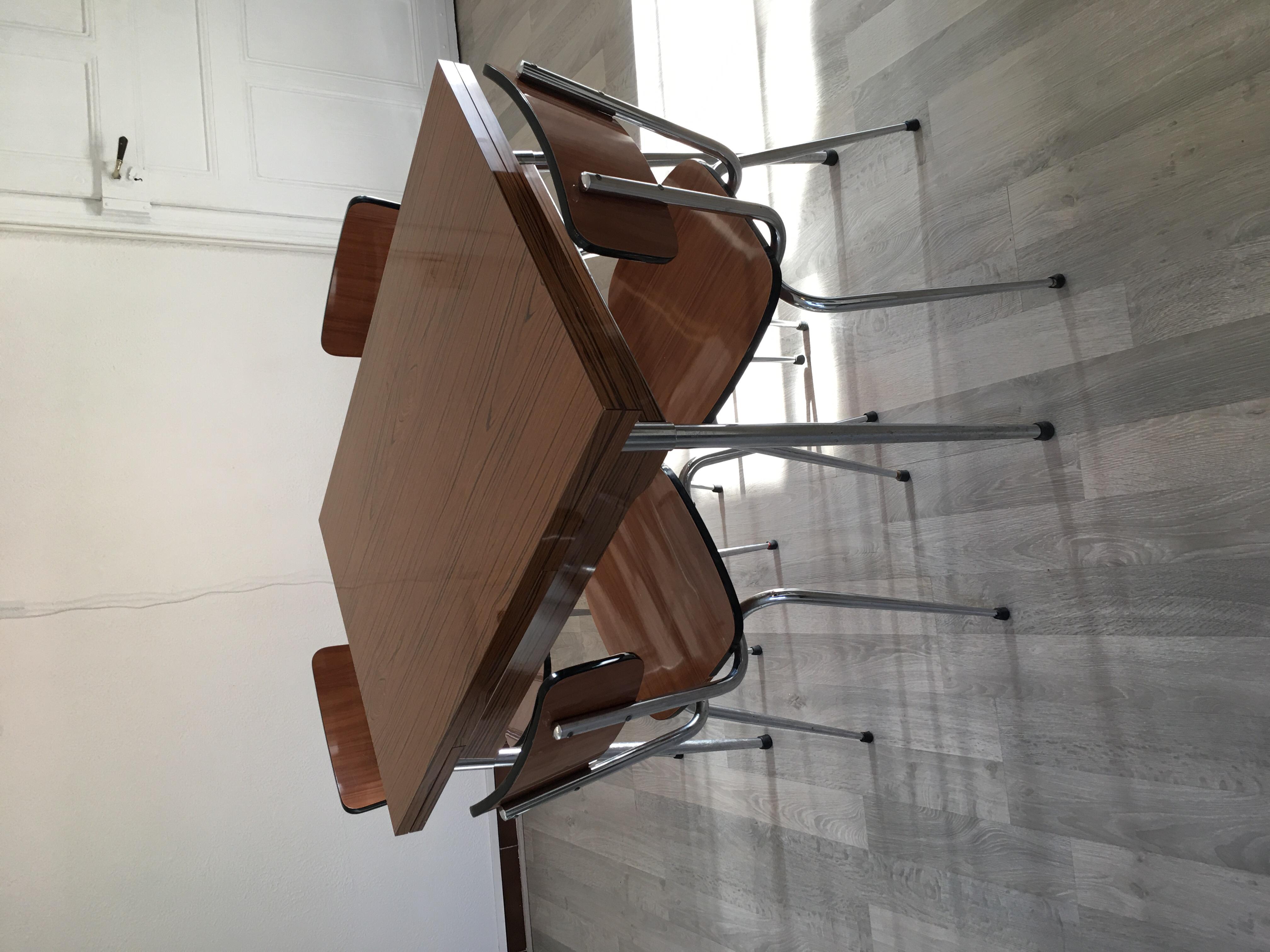 table Formica  6 chaises le tout en très bon état 250 Seloncourt (25)