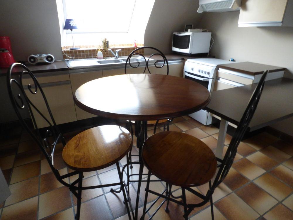 Table haute  pub  avec 3 chaises Hautes. 300 Pont-Croix (29)
