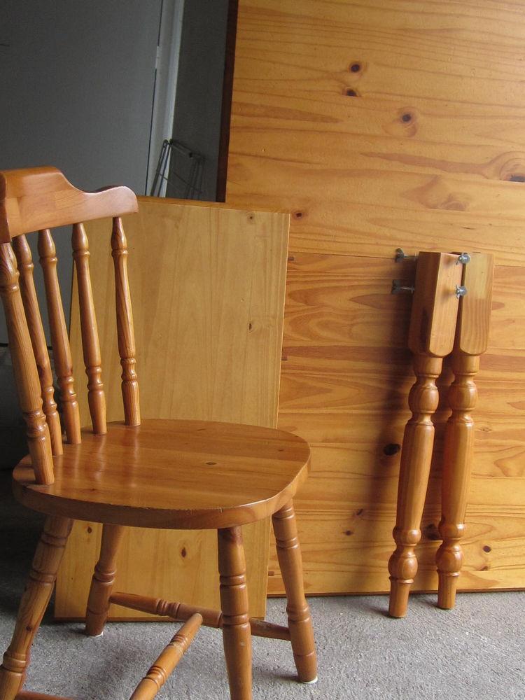 table en pin massif couleur miel avec 4 chaises 0 Châteaubriant (44)
