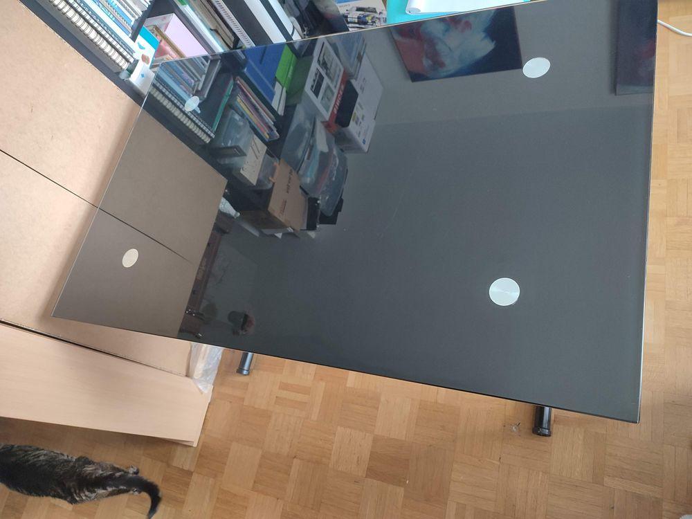Table noir en verre escamotable monté sur verrin. 50 Massy (91)